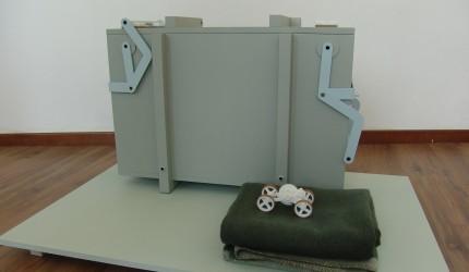 Tentlamp + Suitcase von Lotty Lindeman & Stuhl 2011 + Chest von Wouter Scheublin